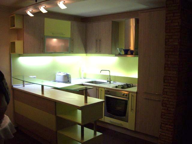 Кухненско обзавеждане - Ябълково зелено и бяла хасиенда