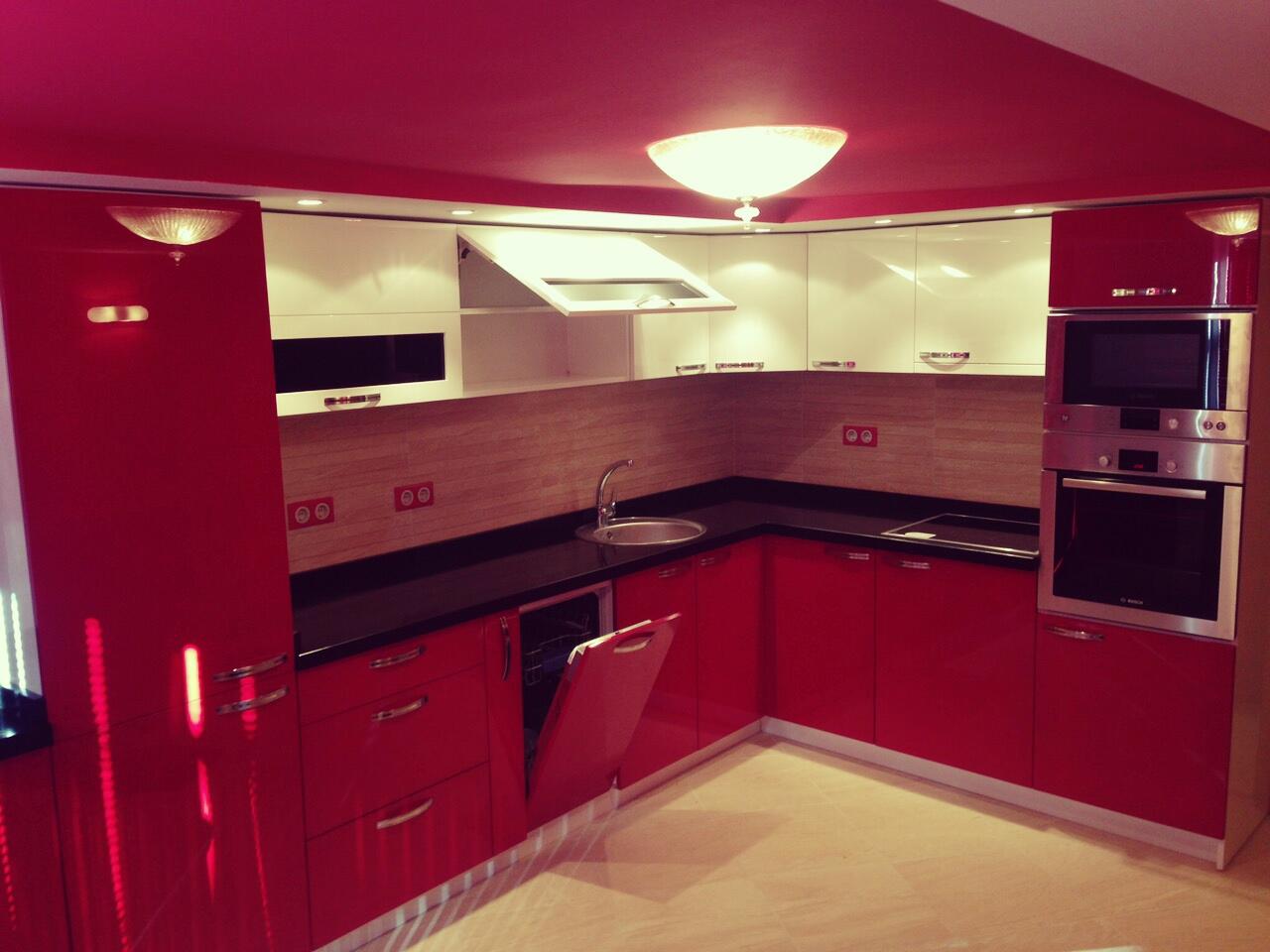 Кухненско обзавеждане - Бордо и бял гланц
