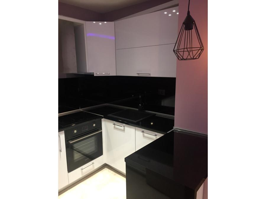 Кухня черен и бял гланц