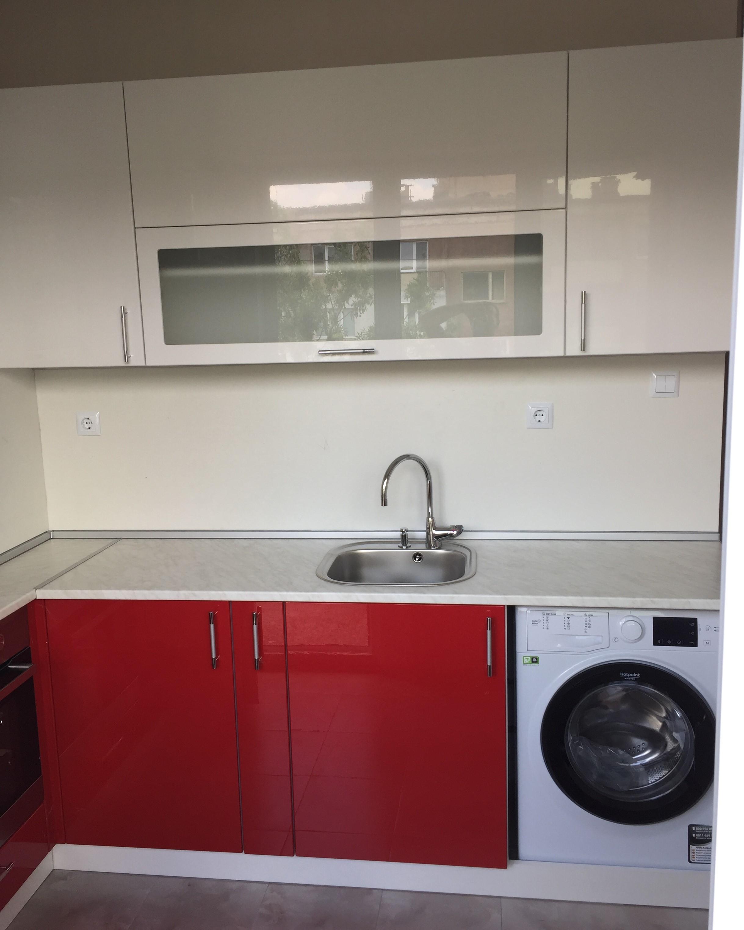 кухня червен и бял гланц